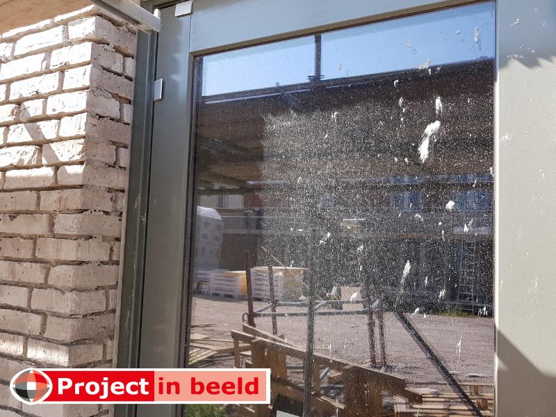 Ruit_beschadiging_cement_kalk_etsend_alkalisch_onbeschermd_nieuwbouw